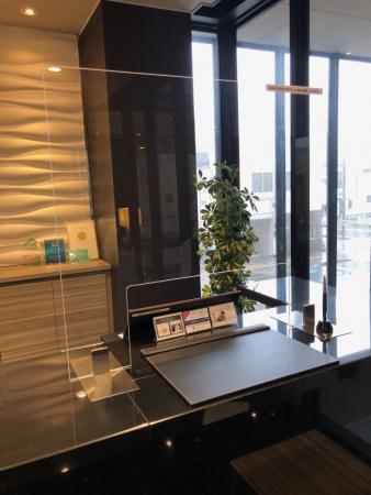 飛沫感染防止のためアクリルスクリーンを設置しました。